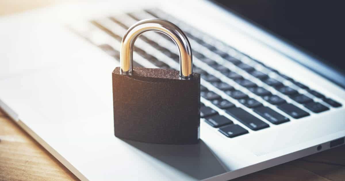 Vorhängeschloss auf einer Laptoptastatur - bildlich für Datenschutz