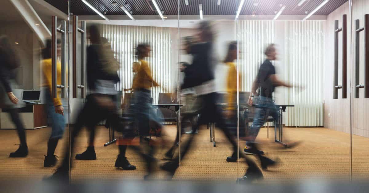 Geschäftige Menschen im Büroumfeld - bildlich für Gesellschaftsrecht
