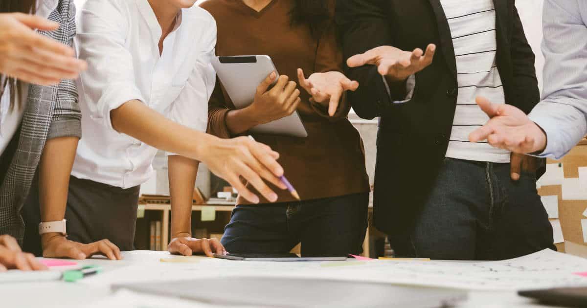 Große, agile Besprechungssituation in der Gründungsphase eines Start-ups