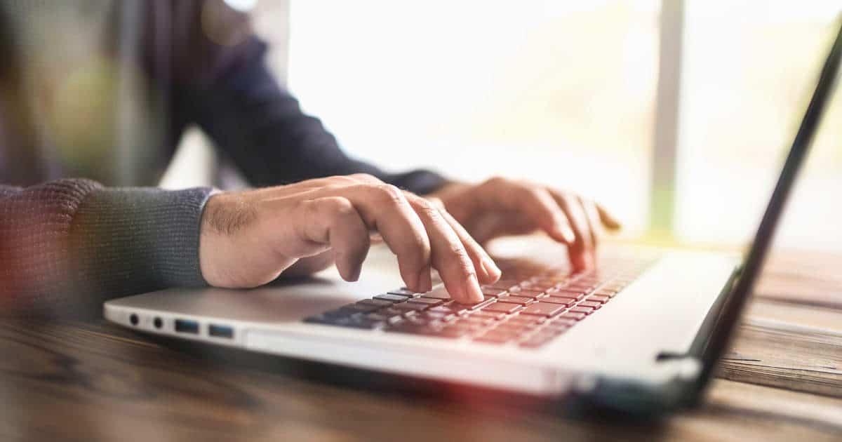 Internet-User am Laptop - bildlich für Internetrecht