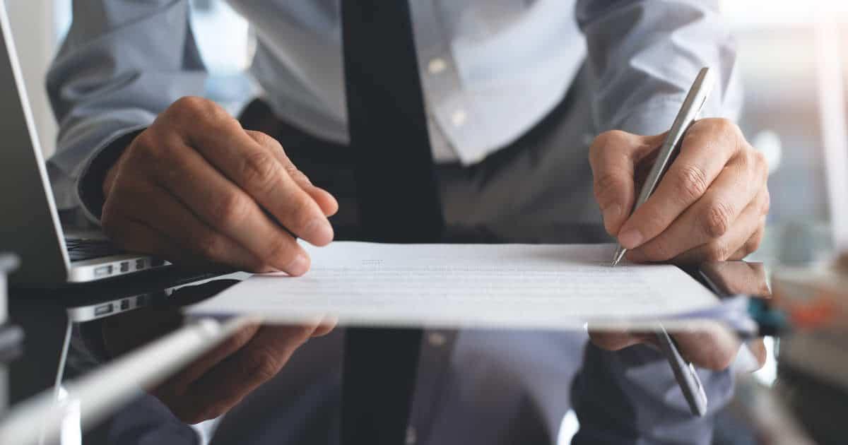 Bei der Unterschrift eines Vertrags - bildlich für Vertragsrecht